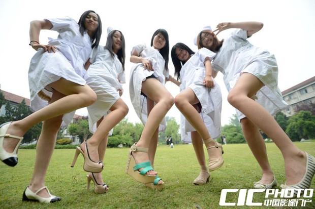 Sinh viên Trung Quốc chụp ảnh kỷ yếu: Kẻ khoe chân dài miên man cả thước, người sexy quyến rũ với bikini - Ảnh 5.
