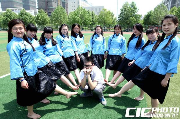Sinh viên Trung Quốc chụp ảnh kỷ yếu: Kẻ khoe chân dài miên man cả thước, người sexy quyến rũ với bikini - Ảnh 15.