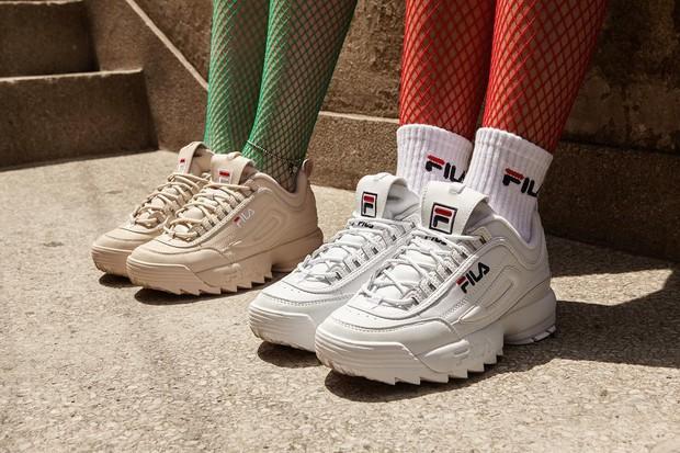 Danh hiệu sneaker đỉnh nhất 2018 không thuộc về đôi giày đắt đỏ nào mà lại là mẫu Fila huyền thoại vừa rẻ vừa chất này - Ảnh 1.