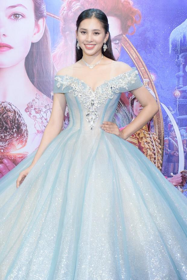 Hoa hậu Tiểu Vy xinh như công chúa trong buổi ra mắt Kẹp Hạt Dẻ và Bốn Vương Quốc - Ảnh 3.