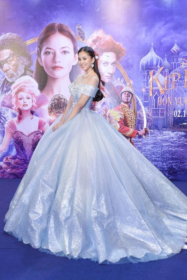 Hoa hậu Tiểu Vy xinh như công chúa trong buổi ra mắt Kẹp Hạt Dẻ và Bốn Vương Quốc - Ảnh 1.