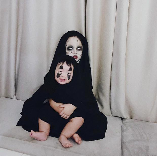 Halloween của các nhóc tỳ nổi tiếng MXH: 2 bé nhà Ngọc Mon hoá Vô Diện, Valak siêu đáng yêu - Ảnh 1.