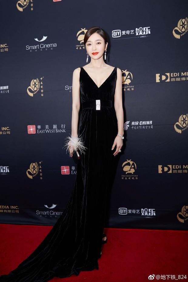 Vẫn với thói quen khâu váy cho bớt sexy, Tần Lam từ nữ thần hóa mỹ nhân chỉ trong 1 buổi tối - Ảnh 4.