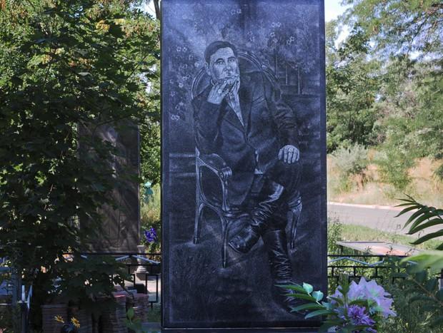 Nghĩa trang mafia tại Nga: Bia mộ chạm khắc toàn thân to như người thật, nhà lầu xe hơi cũng có luôn - Ảnh 3.