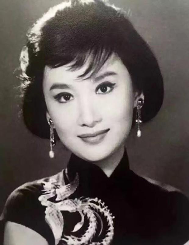Kim Dung - Cuộc đời đào hoa nhiều bi kịch 3 lần kết hôn trắc trở - Ảnh 5.