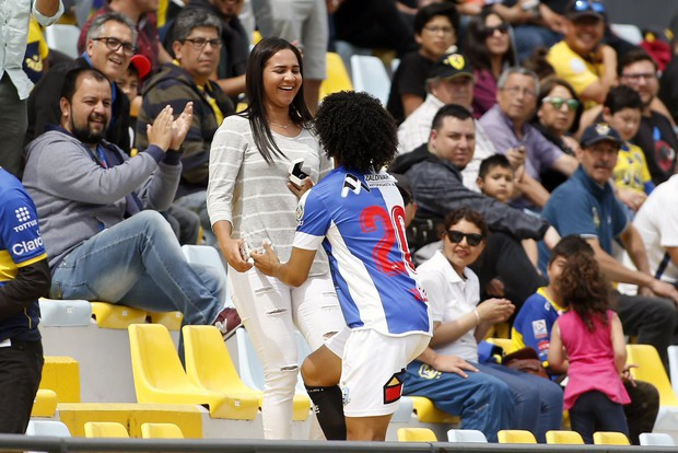 Đến xem người yêu thi đấu, cô gái đón nhận điều bất ngờ và hạnh phúc không thể quên - Ảnh 2.