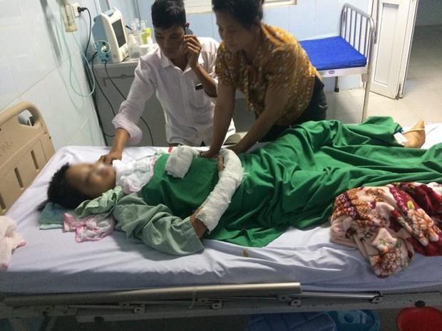 Bố bé gái 14 tuổi bị hiếp dâm, cứa cổ diệt khẩu:Đến bệnh viện nhìn con băng bó khắp người tôi như chết lặng - Ảnh 1.