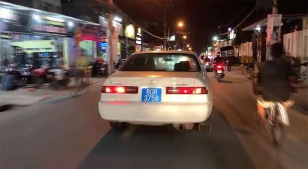 """Lộ """"thân thế"""" người đàn ông lái ô tô biển xanh 80B giả bật hú còi ưu tiên, gây náo loạn phố Sài Gòn - Ảnh 1."""
