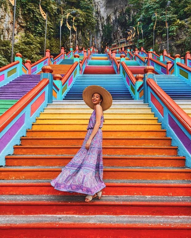 Dân sành sống ảo đang đổ xô check-in tại cầu thang 7 sắc cầu vồng đẹp như lối vào thiên đường - Ảnh 1.