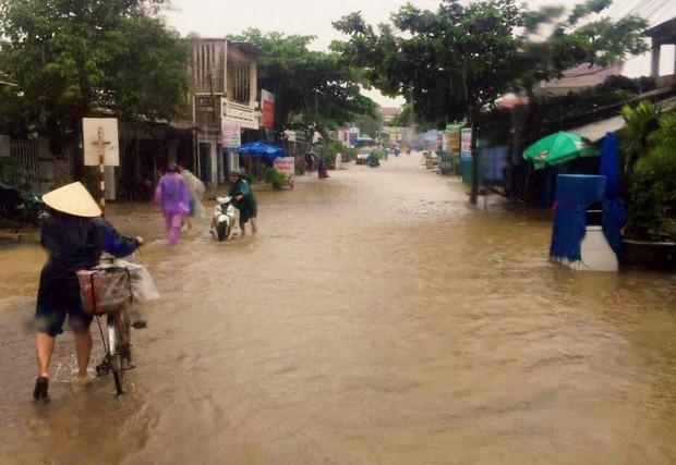 Bình Định: Mưa lớn 2 ngày liên tục khiến nước lũ lên nhanh, nhiều nhà dân bị cô lập - Ảnh 7.