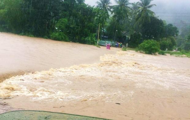 Bình Định: Mưa lớn 2 ngày liên tục khiến nước lũ lên nhanh, nhiều nhà dân bị cô lập - Ảnh 2.