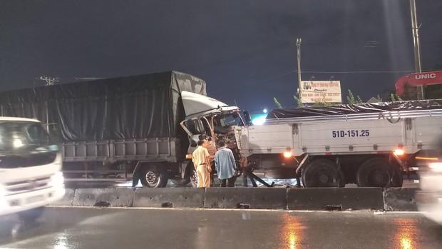 Gần 1 giờ giải cứu tài xế bị trọng thương mắc kẹt trong cabin ở Sài Gòn - Ảnh 1.
