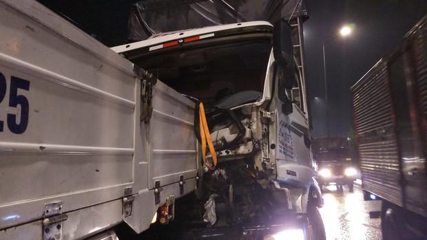 Gần 1 giờ giải cứu tài xế bị trọng thương mắc kẹt trong cabin ở Sài Gòn - Ảnh 2.