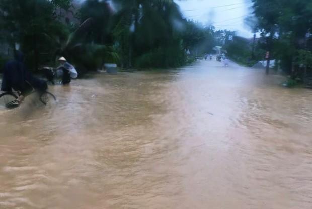 Bình Định: Mưa lớn 2 ngày liên tục khiến nước lũ lên nhanh, nhiều nhà dân bị cô lập - Ảnh 6.