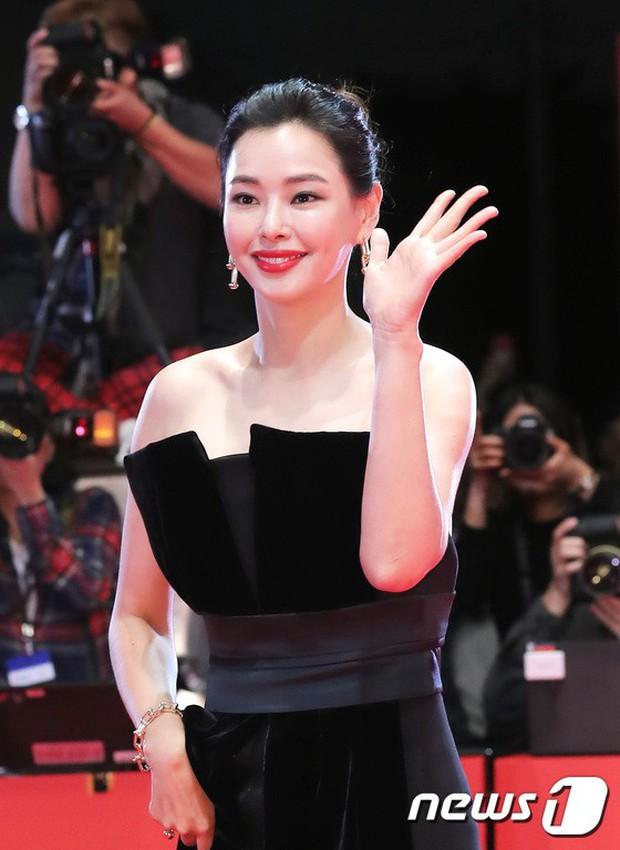 Thảm đỏ LHP quốc tế Busan hội tụ gần 30 siêu sao: Jang Dong Gun - Hyun Bin như ông hoàng, dàn mỹ nhân quá lộng lẫy - Ảnh 8.