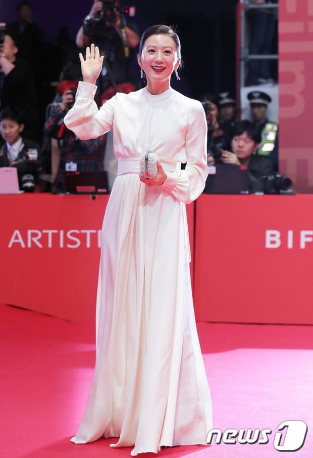 Thảm đỏ LHP quốc tế Busan hội tụ gần 30 siêu sao: Jang Dong Gun - Hyun Bin như ông hoàng, dàn mỹ nhân quá lộng lẫy - Ảnh 30.