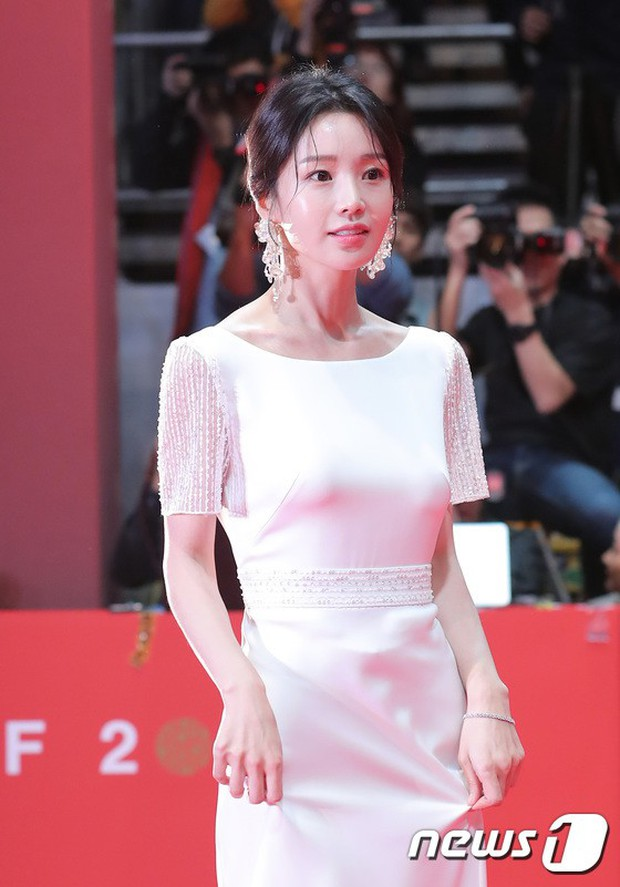Thảm đỏ LHP quốc tế Busan hội tụ gần 30 siêu sao: Jang Dong Gun - Hyun Bin như ông hoàng, dàn mỹ nhân quá lộng lẫy - Ảnh 29.