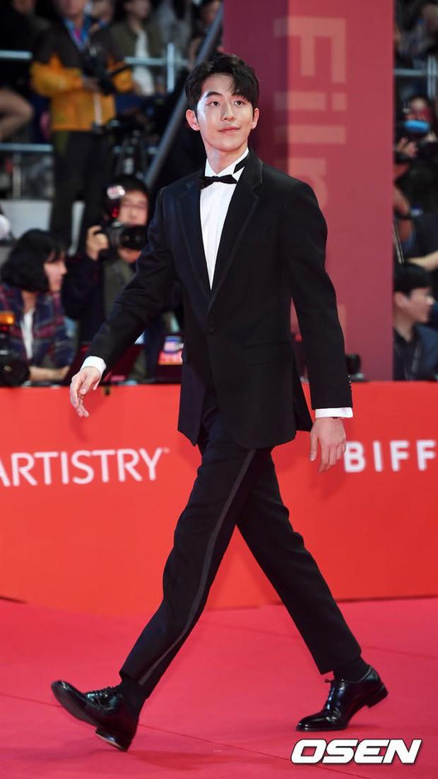 Thảm đỏ LHP quốc tế Busan hội tụ gần 30 siêu sao: Jang Dong Gun - Hyun Bin như ông hoàng, dàn mỹ nhân quá lộng lẫy - Ảnh 19.