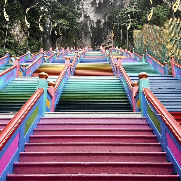 Dân sành sống ảo đang đổ xô check-in tại cầu thang 7 sắc cầu vồng đẹp như lối vào thiên đường - Ảnh 5.