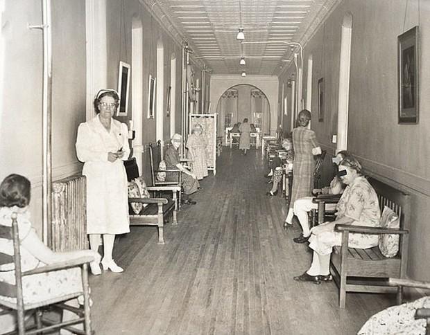 Bệnh viện tâm thần bỏ hoang 24 năm ở Mỹ: Mái ấm của bệnh nhân bị xã hội chối bỏ, lúc chết đi mộ phần cũng không được đề tên - Ảnh 5.