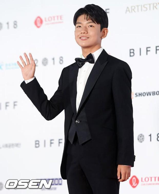 Thảm đỏ LHP quốc tế Busan hội tụ gần 30 siêu sao: Jang Dong Gun - Hyun Bin như ông hoàng, dàn mỹ nhân quá lộng lẫy - Ảnh 32.