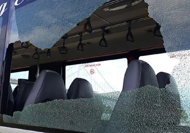 Thanh niên xăm trổ cầm mã tấu tấn công xe buýt ở Đà Nẵng khiến nhiều hành khách hoảng sợ - Ảnh 2.