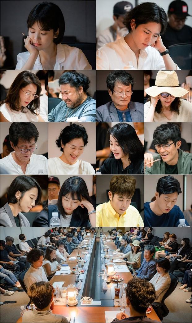 Hé lộ hình ảnh chính thức đầu tiên của Song Hye Kyo và Park Bo Gum trong phim mới - Ảnh 1.