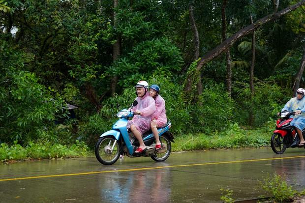 Thu Trang - Tiến Luật hăng hái đi phượt trong mưa giữa đảo ngọc Phú Quốc - Ảnh 2.