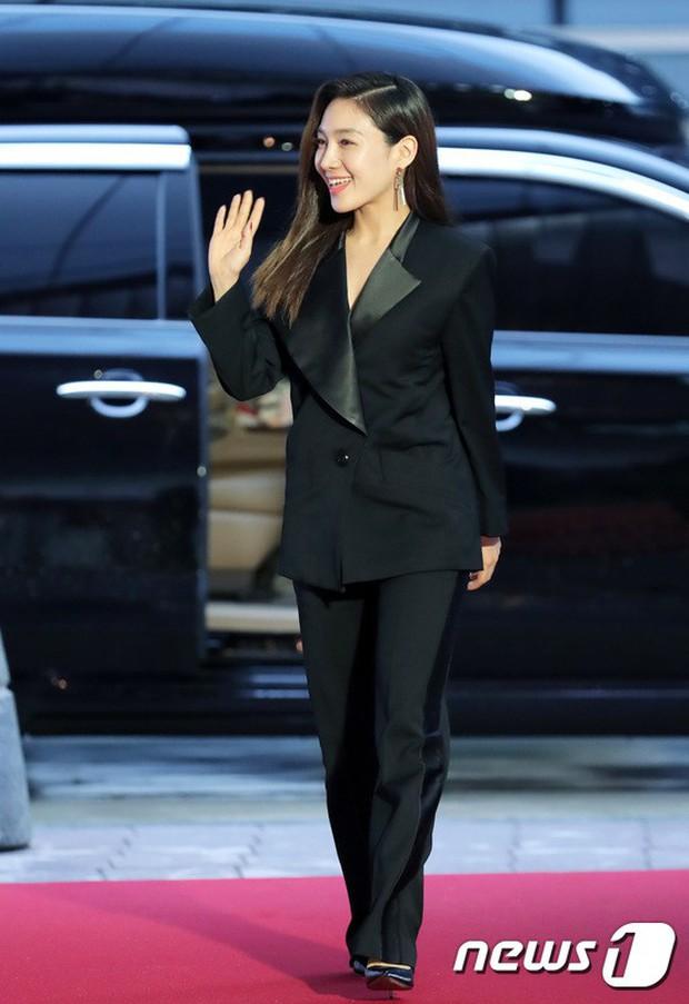 Thảm đỏ LHP quốc tế Busan ngày 2: Hotgirl Việt bất ngờ lộ diện, Sooyoung quá táo bạo với đầm xẻ cao bên dàn sao Hàn - Ảnh 24.