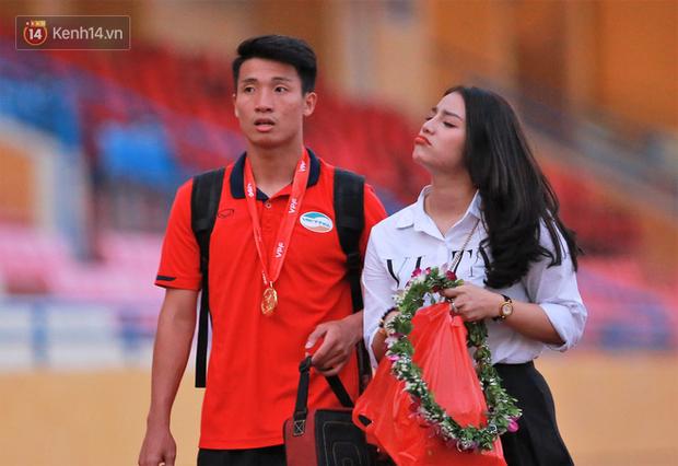 Tư Dũng sánh đôi cùng bạn gái trong ngày nhận Cúp vô địch hạng Nhất - Ảnh 3.