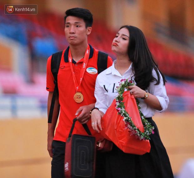 Tư Dũng sánh đôi cùng bạn gái trong ngày nhận Cúp vô địch hạng Nhất - Ảnh 2.