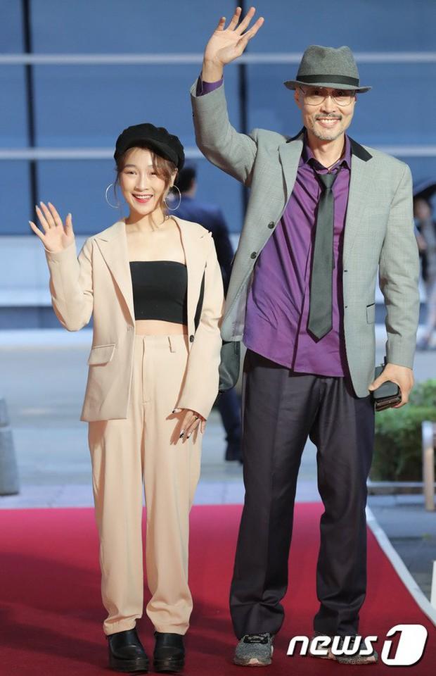 Thảm đỏ LHP quốc tế Busan ngày 2: Hotgirl Việt bất ngờ lộ diện, Sooyoung quá táo bạo với đầm xẻ cao bên dàn sao Hàn - Ảnh 10.