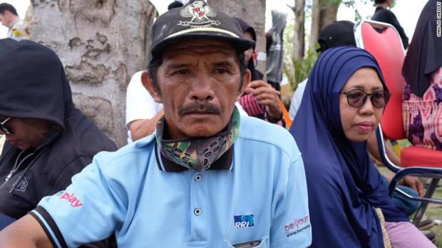 Đau xót người cha gào thét tìm kiếm con gái 7 ngày sau thảm họa ở Indonesia - Ảnh 1.