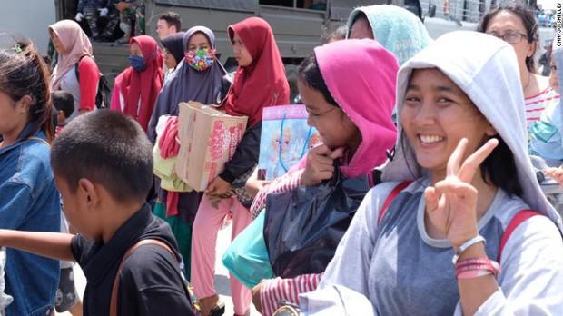 Đau xót người cha gào thét tìm kiếm con gái 7 ngày sau thảm họa ở Indonesia - Ảnh 2.