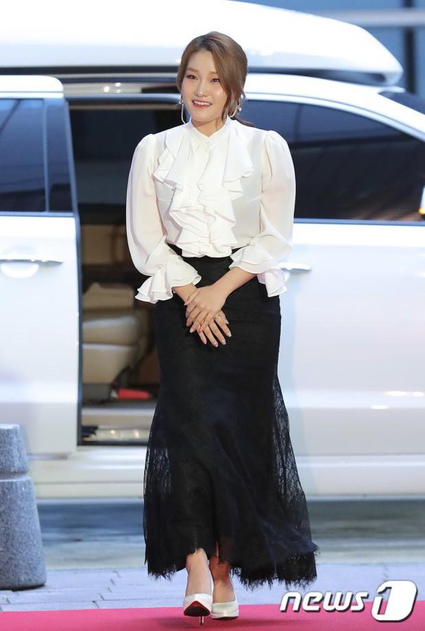 Thảm đỏ LHP quốc tế Busan ngày 2: Hotgirl Việt bất ngờ lộ diện, Sooyoung quá táo bạo với đầm xẻ cao bên dàn sao Hàn - Ảnh 16.