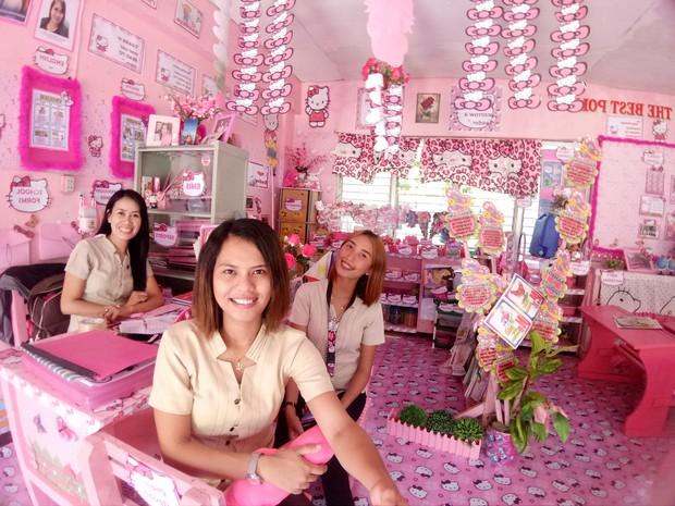 Cô giáo đáng yêu nhất quả đất: Dành 3 năm biến lớp học cũ kỹ thành căn phòng rợp màu hồng Hello Kitty - Ảnh 1.