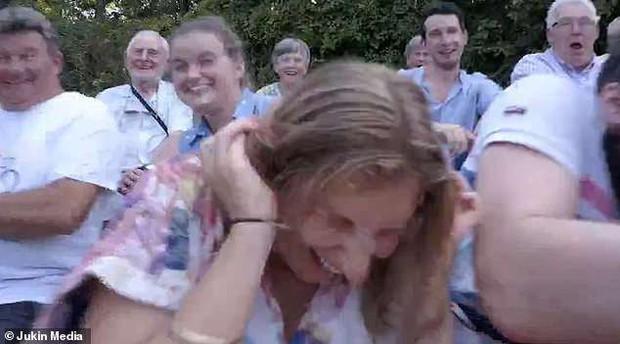 Buổi họp gia đình Mỹ biến thành thảm họa chỉ vì drone đổi ý bay thẳng vào mặt bà cô xui xẻo - Ảnh 3.