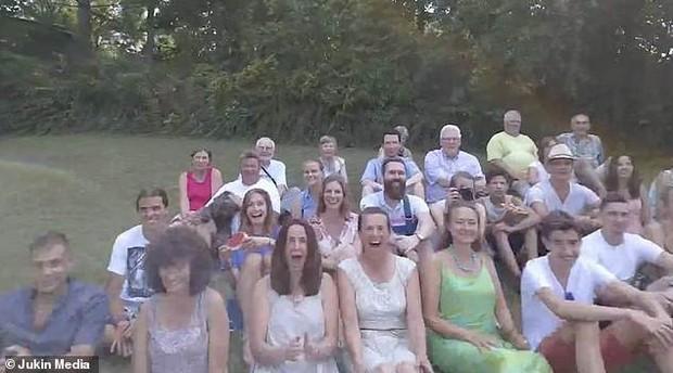 Buổi họp gia đình Mỹ biến thành thảm họa chỉ vì drone đổi ý bay thẳng vào mặt bà cô xui xẻo - Ảnh 2.