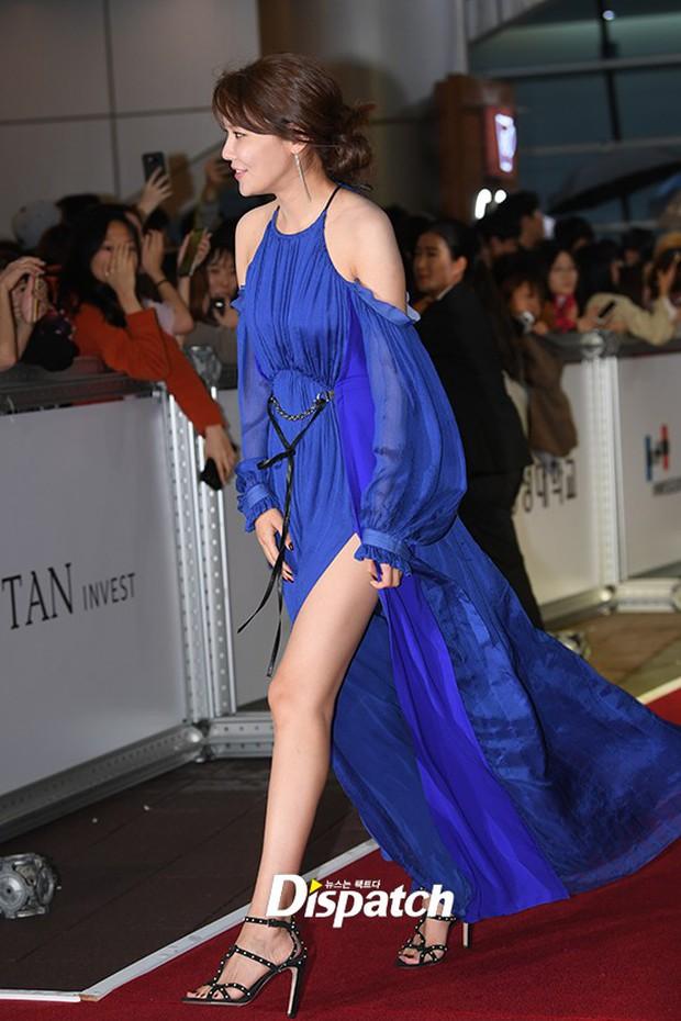 Thảm đỏ LHP quốc tế Busan ngày 2: Hotgirl Việt bất ngờ lộ diện, Sooyoung quá táo bạo với đầm xẻ cao bên dàn sao Hàn - Ảnh 6.