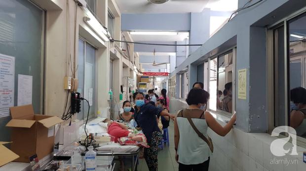 Thực hư chuyện Bệnh viện Nhi đồng 1 lấy căng tin làm phòng điều trị tay chân miệng và sởi cho trẻ vì quá tải - Ảnh 2.