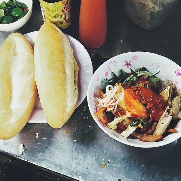 Nhiều người không ngại khó chui hẻm ở Nha Trang để ăn cho bằng được món bánh mì chấm quen mà lạ - Ảnh 5.