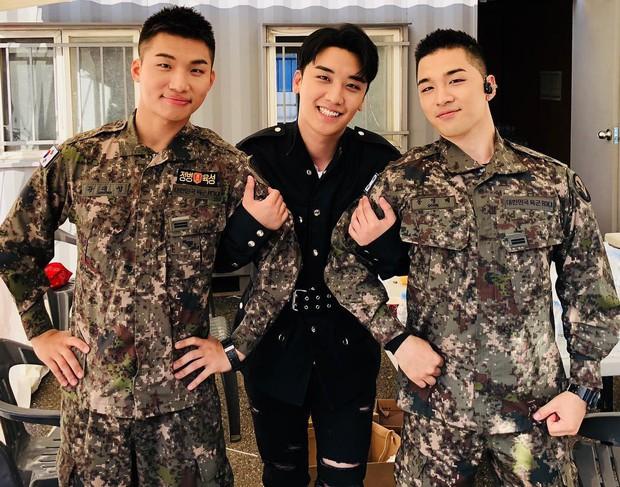 Rơi nước mắt vì khoảnh khắc Seungri đến thăm Taeyang, Daesung và cùng biểu diễn loạt hit Big Bang trong quân ngũ - Ảnh 2.