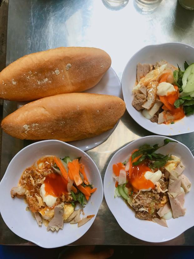 Nhiều người không ngại khó chui hẻm ở Nha Trang để ăn cho bằng được món bánh mì chấm quen mà lạ - Ảnh 2.