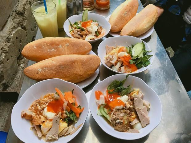 Nhiều người không ngại khó chui hẻm ở Nha Trang để ăn cho bằng được món bánh mì chấm quen mà lạ - Ảnh 1.