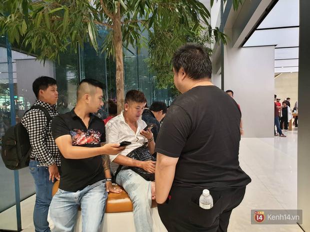 Mặc kệ trời mưa to, hàng dài dân buôn Việt vẫn xếp kín trước cửa Apple Store chờ mua iPhone XS mới - Ảnh 13.