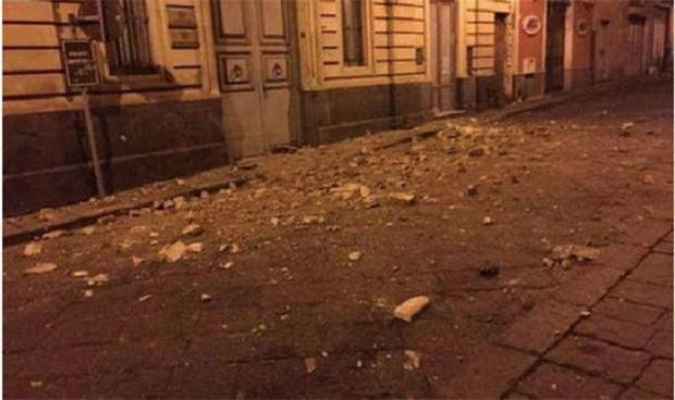 Italy: Động đất làm rung chuyển đảo Sicily, hàng chục người bị thương - Ảnh 1.
