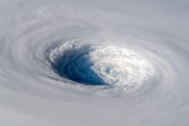 Đáng sợ là thế, nhưng khi nhìn cơn bão Trami từ thiên nhiên bạn sẽ phải há hốc mồm trước vẻ đẹp của nó - Ảnh 1.