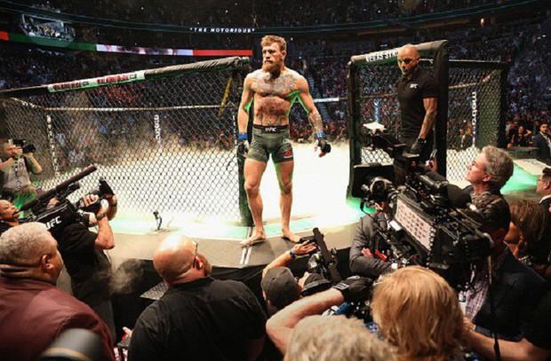 Gã điên McGregor thua đau trong lần tái xuất, tạo ra vụ ẩu đả chưa từng có trong lịch sử UFC - Ảnh 3.