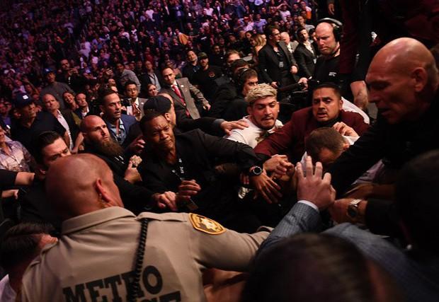 Đánh lén McGregor, thành viên trong đội của Độc cô cầu bại Khabib phải trả giá đắt - Ảnh 3.