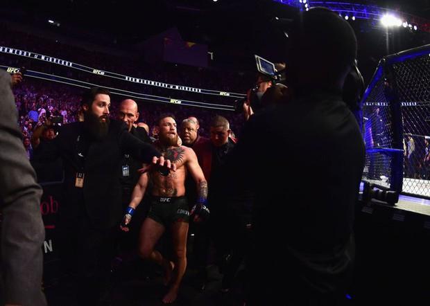 Gã điên McGregor thua đau trong lần tái xuất, tạo ra vụ ẩu đả chưa từng có trong lịch sử UFC - Ảnh 13.